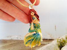 Sirena in fimo gialla e verde su conchiglia (murice comune) - yellow and green polymer clay mermaid with shell
