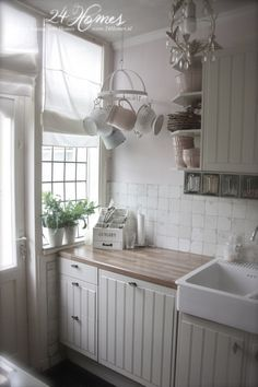 Love the small hanging rack, its perfect for this corner and the small-paned window is wonderful (Vintage Top Shabby Chic) Cottage Kitchens, Home Kitchens, Small Kitchens, Small Cottage Kitchen, Shabby Chic Homes, Shabby Chic Decor, Style At Home, Cozinha Shabby Chic, Grey Cupboards