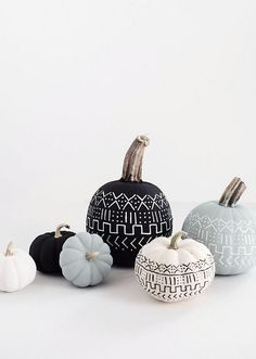13 Modern DIY Halloween Pumpkin Ideas // Create a mud cloth inspired pumpkin with some chalk paint and paint pen to include the popular pattern in your fall decor. Halloween Elegante, Halloween Chic, Halloween Pumpkins, Halloween Party, Happy Halloween, Modern Halloween Decor, Halloween Office, Outdoor Halloween, Halloween House