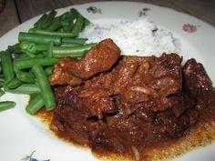 Suddervlees dat het vlees heerlijk uit elkaar valt. Ik hou er in elke variatie van, of wel hachee, stoba, goulash, op z'n oma's of indisch. De hele middag pruttelen in mijn blauwe gietijzeren pannetje, net zo lang tot het perfect is, met dikke jus. Het is zo makkelijk, en het wordt zo lekker. Ik heb dit keer een recept gebruikt van AH, Smoor daging (in ketjap gesmoord rundvlees). Erbij rijst, sperzieboontjes en atjar. Weer fijn.