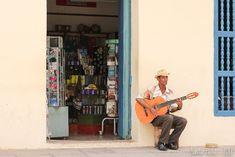 Joueur de guitare dans les rues de Trinidad  Mon article ou je vous parle de cette magnifique ville : https://sauts-de-puce.fr/voyage/conseils-voyage/955-saut-dans-le-temps-a-trinidad/   #Voyage #Journey #Voyagephoto #Ambiance #travel #travelphotography #discovertheworld #discover #phototravel #travelphotography #travelovers #beautifulWorld #Cuba #DiscoverCuba #streephotos #rues #cityandcolour #citylandscape #guitare #musique #streetmusic