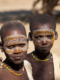Portrait of two Arbore boys with painted faces We Are The World, People Of The World, African Life, Ugly Faces, Beauty Around The World, African Tribes, Yesterday And Today, Portraits, African Beauty