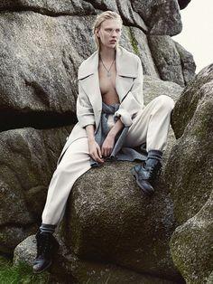 Времена года:Твидовый жилет — на голое тело. Объемный пиджак — с бюстье. Носите мужские вещи по-женски — это и есть настроение будущего осеннего сезона