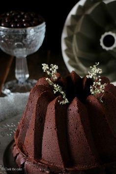 Bundt cake de chocolate y café con salsa de frutas rojas. Reto