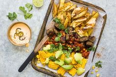 Meksikolainen lihapullapelti Cheddar, Cobb Salad, Chili, Curry, Ethnic Recipes, Food, Meal, Cheddar Cheese, Chile