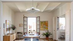 En la reforma de esta vivienda de 85 metros cuadrados, la premisa era articular el proyecto en torno a dos espacios concretos mientras que el resto, se pueden intercambiar en su uso. ¿Quién que las casas debían girar alrededor del salón? Patio Interior, Divider, Interior Decorating, Living Room, Rugs, Furniture, Home Decor, Barcelona, Wood Interiors