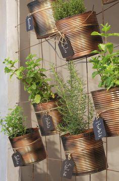 Possui muitas latas em casa? Que tal dar um bom fim útil a elas. Confira essa inspiração de jardim vertical com latas.                                                                                                                                                                                 Mais