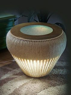 Mesa criado mudo de sisal e com iluminação, utilizando pneu de reuso.
