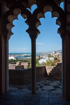 Málaga, El puerto visto desde las hermosas ventanas del palacio de la Alcazaba | C.Jordá   Visão do porto de onde partiram minha avó e meus bisavós rumo ao Brasil...