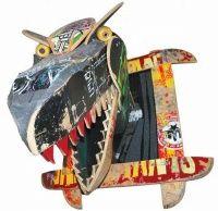Alguns produtos inusitados criados com peças de skate, tais como shapes quebrados, trucks, rodinhas e ate mesmo um travesseiro que lembra o esporte e esculturas lembrando dinossauros alem de relógios camas e muito mais.
