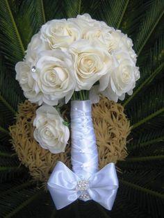 Lindo bouquet de rosas em silicone branco/champagne, material impressionante, pois imita perfeitamente o toque,aparência e textura de uma rosa natural, não é tecido.  Acompanha lapela brinde!  Bouquet contém 28 rosas grandes com pontos de luzes por todo o bouquet, trançado perfeito por todo o cabo com STRASS! o que dá o efeito prata com champagne, ficou perfeito!  Um jóia para se guardar eternamente, acompanha broche em STRASS!  rosas disponíveis nas cores vermelho e champagne/branco