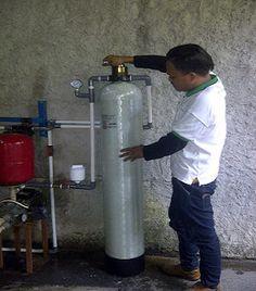 Sistem pemasangan filter air sumur ini adalah sbb: Air sumur bor Pompa air sumur bor Tabung kecil (warna putih) isi kaporit tablet Filter air Dr.Toya tipe FRP 10 Catridge housing,yang sebelumnya sudah ada Toren penampungan air bersih di dak atas