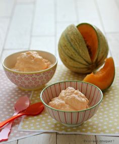 Glace Melon sans sorbetière - 1 melon ou billes melon surgelé Picard 2 yaourts nature grecque 50 gr sirop d'agave poudre (ou 70 gr suc poudre - La veille, épépiner et couper le melon en petits morceaux. Les placer au congélateur une nuit. Le lendemain, verser dans le bol du mixeur/blender les yaourts et 1/3 des morceaux de melon. Mixer une première fois, ajouter le second tiers, recommencer. Verser le restant de melon et mixer jusqu'à ce que tout le melon soit mixé.