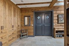 TRYSILFJELLET SØR/UGLA - Eksklusiv tømmerhytte med 7 soverom Foyer Staircase, Entrance Foyer, Garage Ideas, Old Wood, Cabin Ideas, Mudroom, Neutral Colors, Real Estate, Windows