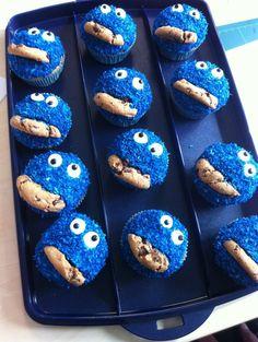 Evdeki minikleri sevindiricek, masalda hissetmesini sağlayacak Kurabiye Canavarı Muffin yada diğer adıyla Canavar Cupcake Tarifi Malzemeler 2 su bardağı un 1 su bardağı sıvı yağ 1 su bardağı süt Kabartma tozu Vanilya 4 yumurta 100 gr toz şeker Üzeri İçin Hazır kremşanti Mavi renk gıda boyası Sıkma torbası 1 paket çokodamla kurabiye Damla çikolata Yapılışı Derin bir kabın içinde un, kabartma tozu, vanilya ve kakaoyu karıştırıp eleyin. Ayrı bir kabın içinde yumurta ve şekeri 5 dakika kadar…