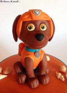 Muñeco de Zuma modelado en fondant para una de las tres tartas que he hecho para un multi cumpleaños con la patrulla canina como tema. #patrullacanina #pawpatrol #tartapatrullacanina #pawpatrolcake #zuma #pawpatrolzuma #patrullacaninazuma #zumacake #tartazuma #tarta #cake #perro #dog #tartaperro #dogcake #fondantfigure #figurafondant #fondant #fondantdog #perrofondant #fondantzuma