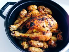 パーティーにど〜んと出したい憧れの鶏の丸焼き。いろいろなレシピを試してみましたが、蓋をしたココット鍋を鍋ごとオーブンに入れ、蒸し焼きにするこのレシピが一番のお気に入り。丸鶏をひっくり返す手間いらずで簡単!オーブンに1時間入れっぱなしにするだけ。Staub鍋蓋の裏に付いているピコ(突起)が、素材から出る蒸気を再び水滴化し全体に行き渡り、鶏肉が本当にふっくらしっとり仕上がり冷めても美味しく、焼い…