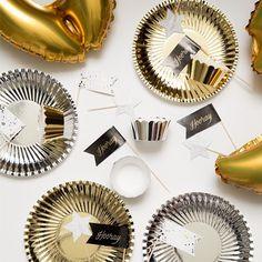 Gold and silver party decoration. Prices from DKK 6,60 / SEK 8,98 / NOK 8,88 / EUR 0,93 / ISK 193 #partydecoration #party #festpynt # tablesetting #borddækning #Sostrenegrene #Søstrenegrene