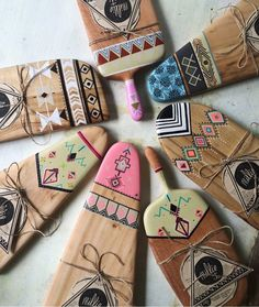 Diy Cutting Board, Wood Cutting Boards, Wooden Art, Wooden Decor, Ceramic Painting, Painting On Wood, Wood Crafts, Diy And Crafts, Diy Wood