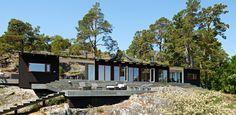 Första sommaren i Paradisviken bodde mästerarkitekten Love Arbén med sin familj i tält. Sedan byggde han bryggan, sjöstugan och sagohuset.