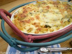 La pasta al forno con le zucchine è un primo piatto dal sapore molto delicato, a base di zucchine, besciamella e prosciutto, resa filante dalla mozzarella.