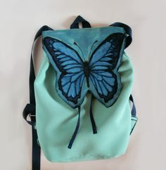 Plecak ręcznie malowany - Monika Bordo  Prezentuję miętowy plecak wykonany w pojedynczym egzemplarzu. Jego klapa to ręcznie namalowany motyl, wykonana trwałymi farbami, utrwalone w wysokiej temperaturze.  Plecak jest usztywnia, zachowujący swój pierwotny kształt. Posiada wewnętrzną kieszonkę.  W razie potrzeby plecak można przepraż ręcznie lub w pralce w temperaturze 30st. na niewielkim wirowaniu.