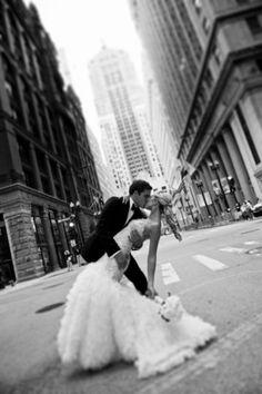 Fotografía con la novia inclinada hacia abajo sostenida por el novio, una pose imperdible. #FotografiaDeBoda