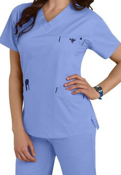 Med Couture Signature Classic V-neck Scrub Tops Main Image Vet Scrubs, Medical Scrubs, Scrubs Outfit, Scrubs Uniform, Healthcare Uniforms, Stylish Scrubs, Nursing School Prerequisites, Nursing Assistant, Couture Tops