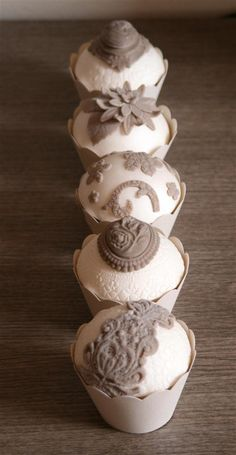 Vintage Lace & Cameo Cupcakes