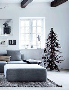 Gården er hvid med sprossede vinduer, fritlagte bjælker og brede plankegulve. Gårdspladsen er belagt med brosten, og de omkringliggende marker er plantet til med juletræer. De perfekte rammer for en traditionel jul … Men julen er nu ikke helt traditionel hos Christina Kattrup og hendes familie.