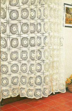 tejidos artesanales: cortina con motivos de flores en relieve