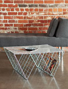 Esta mesa de café en realidad no requiere ninguna herramienta . Wire Coffee Table, Wire Side Table, Coffee Tables, Diy Simple, Easy Diy, Clear Acrylic Sheet, Ideias Diy, Modern Industrial, Industrial Table