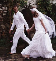 BRIDE AND GROOM IN FLIP FLOPS!! YES PLEASE!!!!!!!!!!!!!!!!!!!!!!!!!!!!!