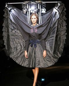 Viktor & Rolf Fall 2007 Ready-to-Wear Fashion Show Fashion Fail, Weird Fashion, High Fashion, Fashion Show, Fashion Outfits, Fashion Design, Runway Fashion Looks, Victor And Rolf, Sculptural Fashion
