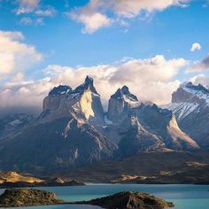 Big mountains in Torres del Paine Photo By Landscape Photography, Nature Photography, Travel Photography, All Nature, Amazing Nature, Parc National Torres Del Paine, Terre Nature, Beautiful World, Beautiful Places