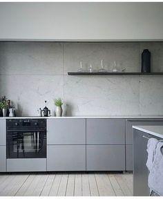 Taki efekt chcemy -  proste linie, minimalizm, nawet kafle na ścianie są super. Tylko blaty chcemy grafitowe i znowu podłoga nie pasuje. Ale kolor frontów i proste, symetryczne linie tworzone przez fronty są SUPER!