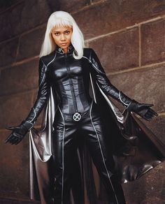 Storm/Ororo Munroe of X-MEN movie series is portrayed by Oscar winning Actress Halle Berry who has won the comic book fans hearts around the world. Halle Berry Storm, Halle Berry Hot, X Men Costumes, Badass Halloween Costumes, Marvel Comics, Marvel Dc, Storm Movie, Kylie Jenner, X Mem