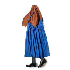 数年前までは大人がサロペットを着ることに抵抗があったように思うでも今では誰もが使いやすいオシャレなアイテムとして認知され今やオフィシャルなシーンにも対応するまでになりました 時代とともにその用途が大きく変わるのがファッションの面白いところですがいまじわじわと登場し始めているもののひとつにジャンパースカートがありますジャンパースカートと言われ誰しもがすぐに連想してしまうのがハイジにちびまる子ちゃん サロペットよりは浸透するまでに時間が掛かりそうですが昔は大人が着なかったアイテムがおしゃれ注目アイテムとして現代に登場するのはほんとうに楽しいもともとのイメージも新しいエッセンスも取り入れて楽しんで欲しいと思いますちなみにこのジャンパースカートは紐の取り外しも可能