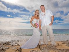 We offer creative wedding photography and provide Oahu wedding photographer for your wedding.