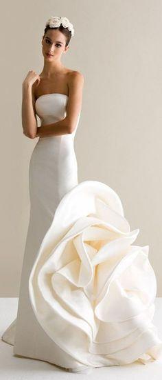 Wedding dresses that embrace modern and innovative concepts. Antonio Riva nos robó el corazón con sus vestidos para novias con corte imperio.