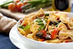Ingredientes: 250 g de farfalle. 2 cebollas medianas. 2 zanahorias medianas. 200 gramos de apio. 2 cdas. de aceite de oliva. Sal y pimienta al gusto. 1/2 cdta. de paprika. Preparación: Pela las cebollas, las zanahorias y el apio. Pica finamente las cebollas, ralla la zanahoria y el apio en un rallador grueso. Fríe las verduras en la sartén con aceite de oliva a fuego fuerte durante 5 minutos, revolviendo constantemente. Cuece la pasta en agua salada de acuerdo a la instrucción del empaque.