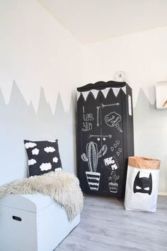 Here are some great ways to display kid's artwork that honours their creativity and look great in your home #kidsroom #kidsroomdecor #petitandsmall