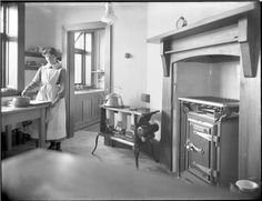 1915 Edwardian kitchen interior with cast iron gas oven Victorian Kitchen, Victorian Homes, Old Kitchen, Vintage Kitchen, Vintage Room, Vintage Decor, Vintage Interiors, Old Houses, Decoration