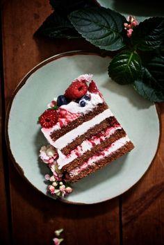 Gluteeniton suklaakerroskakku saa täytteekseen sitruunavaahtoa ja tuoreita marjoja. Kokeile mehevää kakkua, joka on näyttävä lisä myös juhlapöytään. Cream Cheese Filling, Gluten Free Cakes, Gluten Free Chocolate, Tiramisu, Healthy Snacks, Dairy Free, Food And Drink, Ethnic Recipes, Desserts