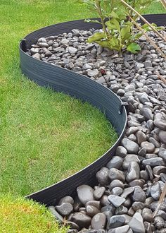 Garden Edging Ideas Pictures That You Need To See - House & Living Metal Garden Edging, Garden Borders, Garden Stones, Garden Path, Garden Edging Ideas Pictures, Garden Ideas, Flower Bed Edging, Outdoor Landscaping, Landscaping Ideas