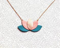 Collier cuir et chaîne dorée, bleu turquoise, rose indien pastel et or rosé, fleur de lotus