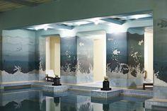 Le palais Umaid Bhawan en Inde La piscine, au sous-sol de l'hôtel, noyée dans le bleu de la fresque signée Stefan Norblin et des carreaux de céramique.