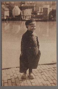 I am John of Volendam (HOLLAND) They wore their pants big back then! Awsome Pictures, Old Pictures, Old Photos, Vintage Children Photos, Vintage Photos, Postcard Art, Vintage Photography, French Vintage, In This World