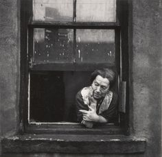 Walter Rosenblum (1919-2006) -   Disturbed Woman, Pitt Street, New York, USA 1938. S)