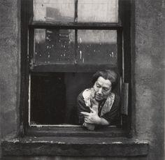 Walter Rosenblum (1919-2006) -   Disturbed Woman, Pitt Street, New York, USA 1938. S)